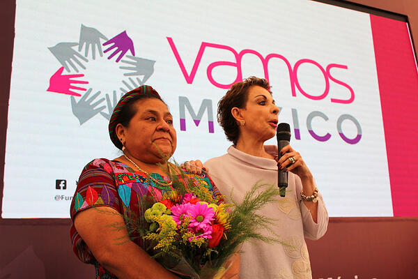 Rigoberta-Menchu-y-Marta-Sahagun-en-Foro-Sumando-por-Mexico